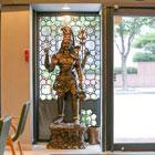 TAJ 서초점 매장 사진 - 입구 동상
